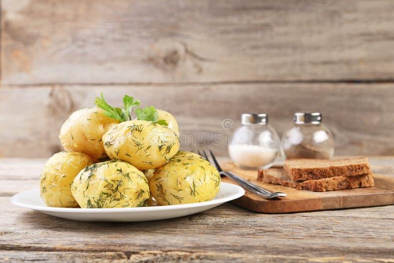 Kokta potatisar i platta royaltyfri bild