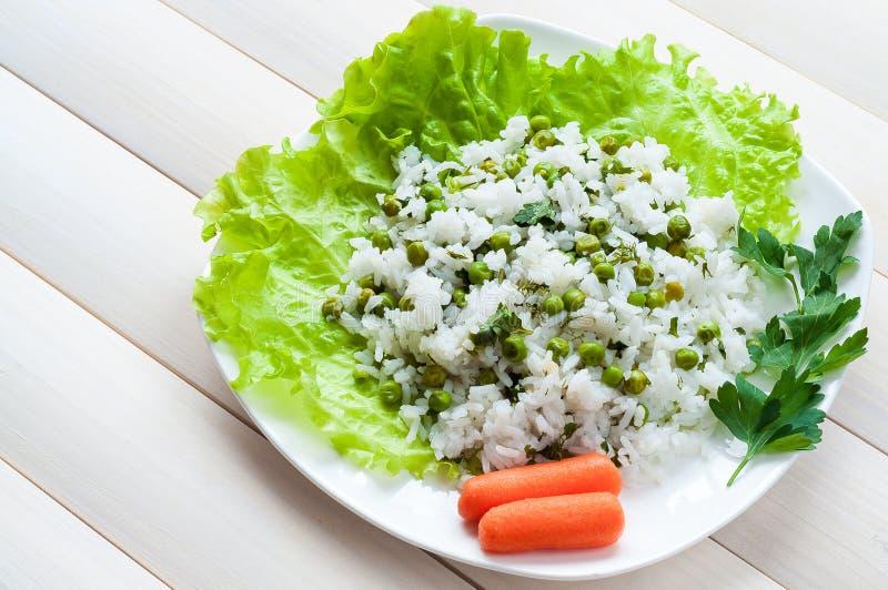 Kokta ris med ärtor och gräsplaner royaltyfri fotografi