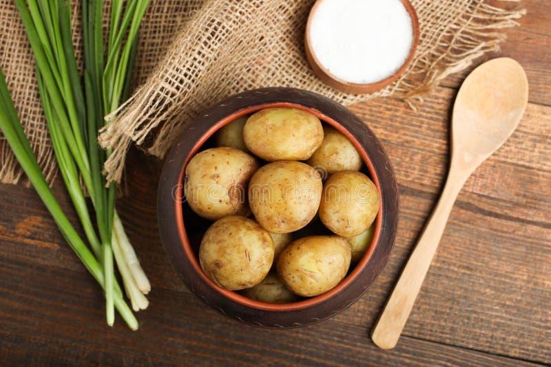 Kokta unga potatisar med salladsl?kar och att salta royaltyfri bild