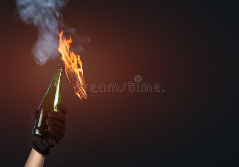 Koktajl mołotowa w aktywista ręce obrazy stock