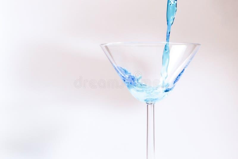 Koktajl z błękitnym cieczem w szkle fotografia royalty free
