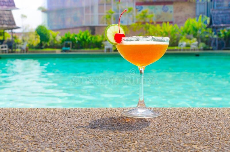 Koktajle blisko pływackiego basenu na lecie zdjęcia royalty free