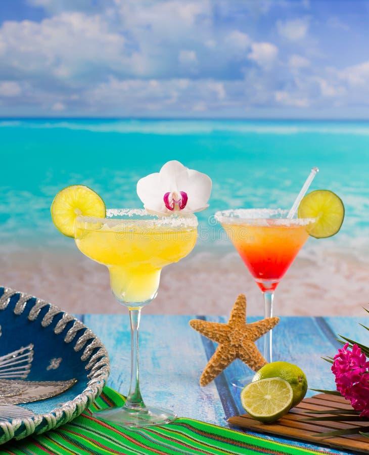 Koktajle Margarita i płeć na plaży na błękitnym CaribbeanCockta obrazy royalty free