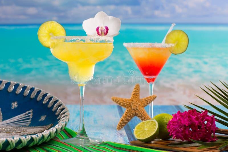 Koktajle Margarita i płeć na plaży na błękitnym CaribbeanCockta fotografia stock