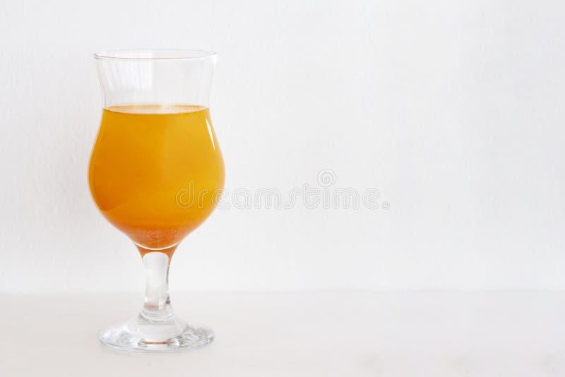 Koktajle pomarańczowi z błyskotliwością na białym tle odbitkowa przestrze?, przestrze? dla teksta zdjęcie royalty free