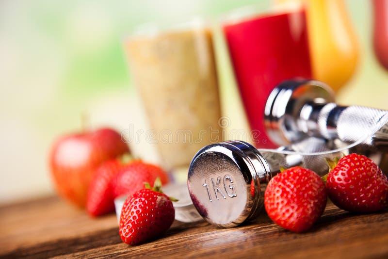 Koktajle z świeżymi owoc, witaminą i sprawnością fizyczną, obraz stock
