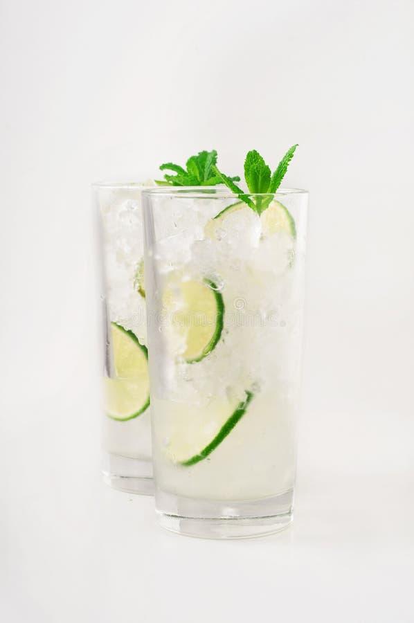Koktajle z rumem w wysokim szkle z lodem, wapno Mennica fotografia stock