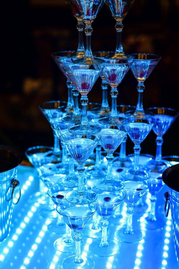 Koktajli/lów szkła z wiśniami w restauraci dla przyjęcia obraz royalty free