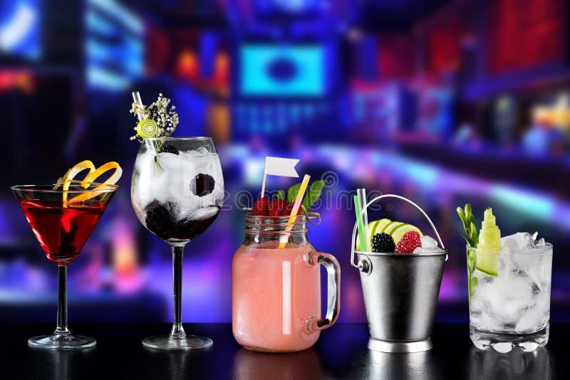 Koktajlu alkoholu baru wyboru barmanu modny hotelowy garnirunek fotografia stock