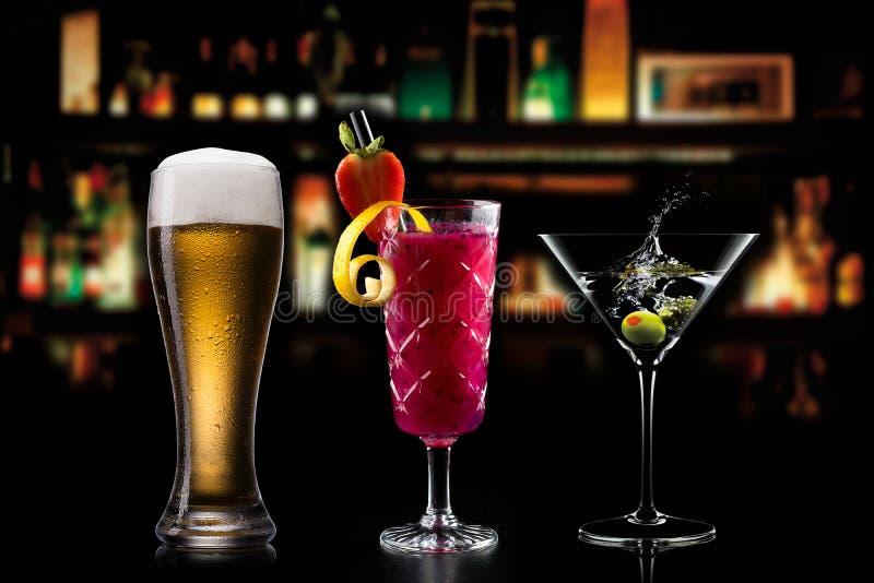 Koktajlu alkoholu baru wyboru barmanu modny hotelowy garnirunek obrazy stock
