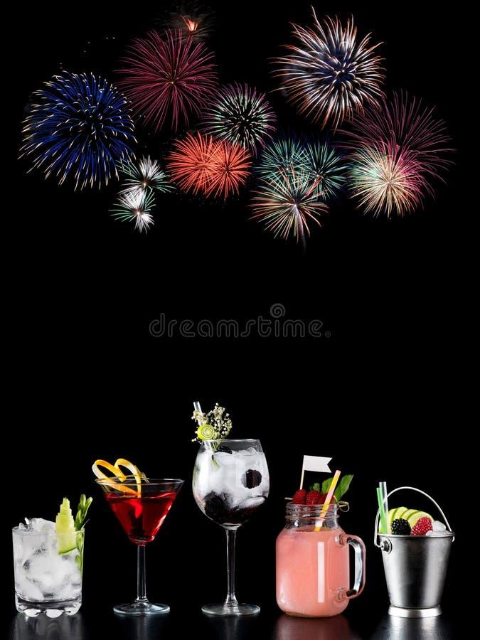 Koktajlu alkoholu baru wyboru barmanu modny hotelowy garnirunek fotografia royalty free