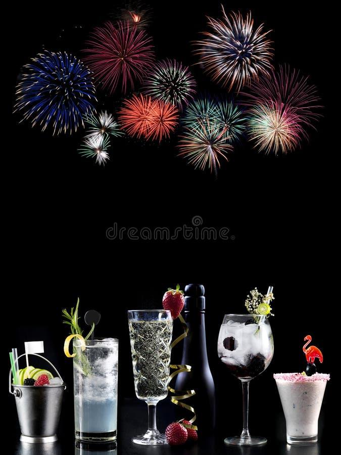 Koktajlu alkoholu baru wyboru barmanu modny hotelowy garnirunek zdjęcia royalty free