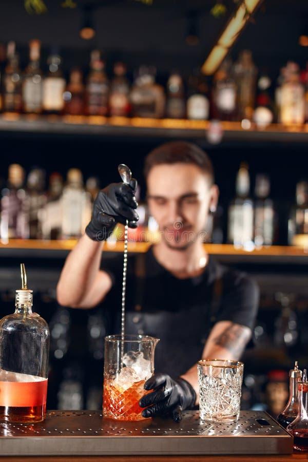 Koktajlu bar Barman robi koktajlom przy baru kontuarem fotografia royalty free