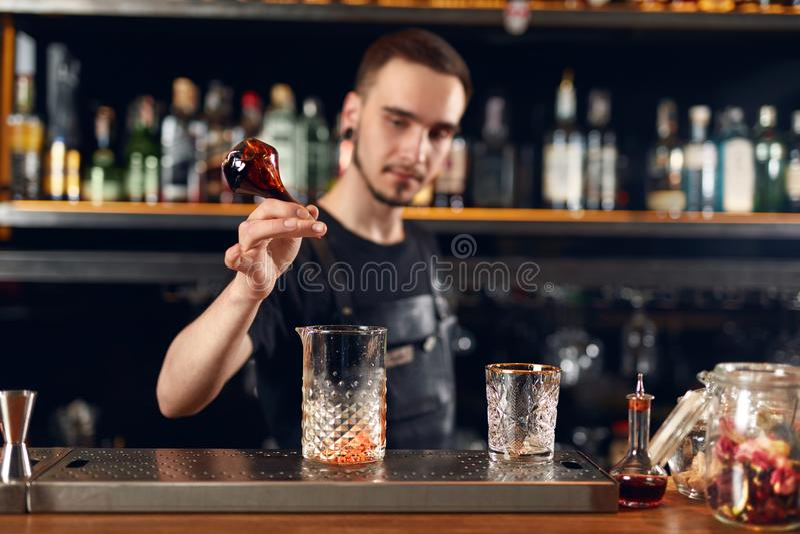 Koktajlu bar Barman robi koktajlom przy baru kontuarem zdjęcie stock