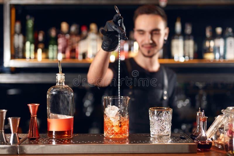 Koktajlu bar Barman robi koktajlom przy baru kontuarem zdjęcia stock