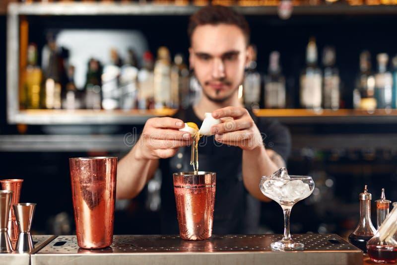 Koktajlu bar Barman robi koktajlom przy baru kontuarem obraz royalty free