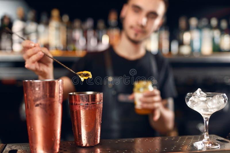 Koktajlu bar Barman robi koktajlom przy baru kontuarem obrazy royalty free