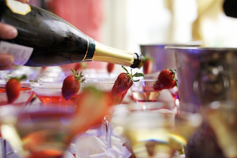 koktajlu deliciuos czerwony truskawek wierza zdjęcia royalty free