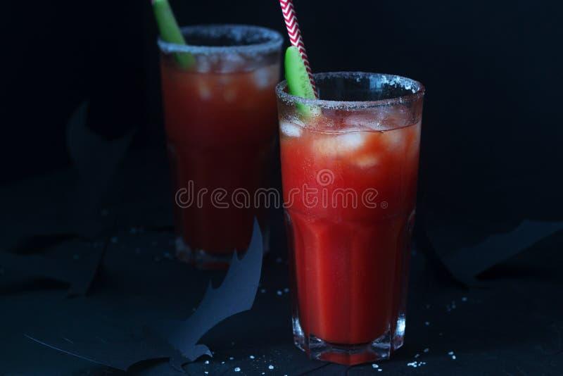 Koktajlu maryja dziewica z ogórkiem na ciemnym tle z nietoperzami lub bloody mary poj?cie kalendarzowej daty Halloween gospodarst obraz stock