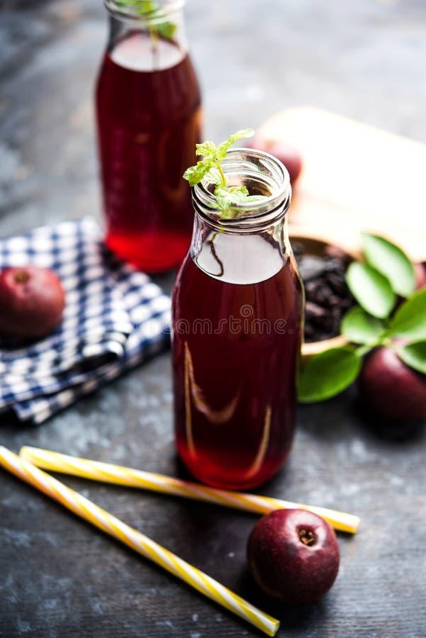 Kokum Sharbat, Sap of Sorbet OF de drank van het de zomerkoelmiddel uit indica die Garcinia wordt samengesteld stock foto's