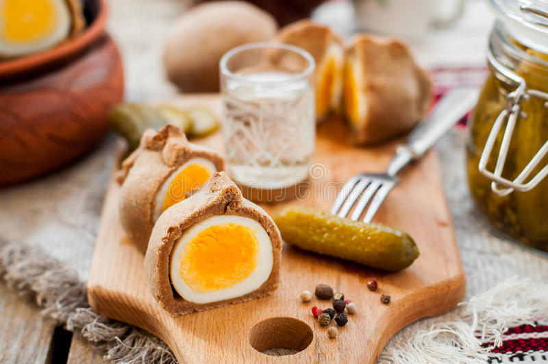 Kokurki, huevos duros envueltos pasta de Rye fotos de archivo libres de regalías