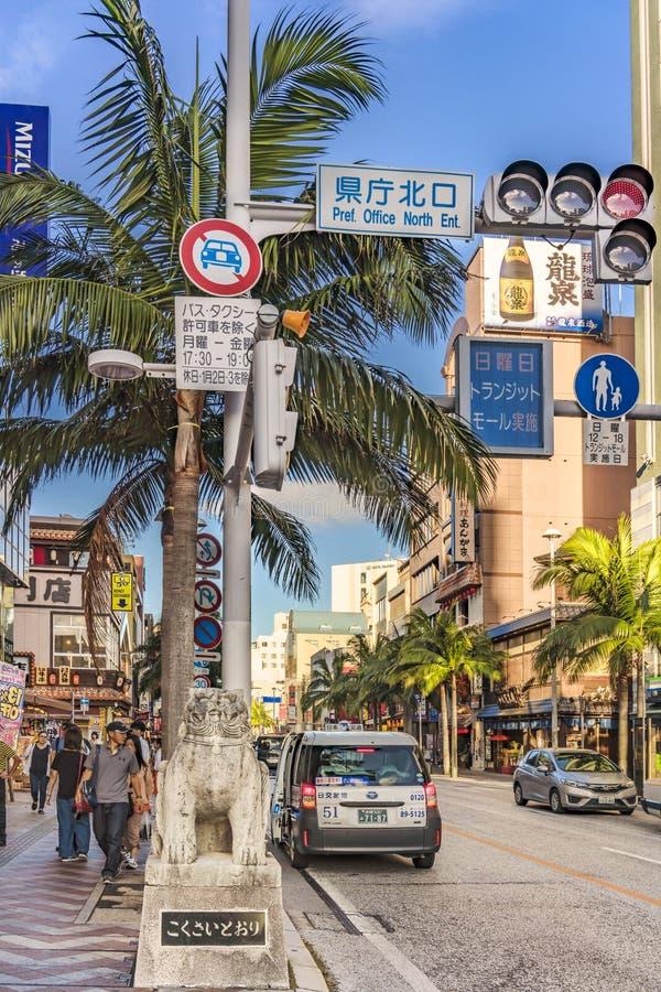 Kokusai dorigata som betyder den internationella gatan som dekoreras med två shisalejonskulpturer i staden av Naha i Okinawa royaltyfri foto