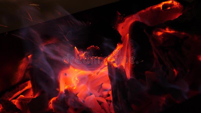 Kol av trä glöder röda med brand Bränder i skogar Närbild royaltyfria bilder