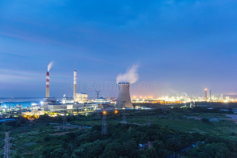 Kol-avfyrad kraftverk på natten royaltyfri bild