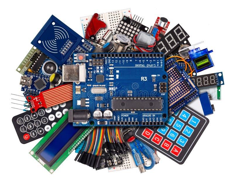 Kolaż microcontroller deski pokazu czujnika guzika zmian kabla drutu wyposażenie i akcesoria odizolowywał białą elektronikę fotografia royalty free