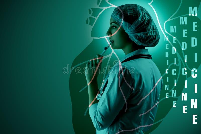 Kolaż na naukowych tematach Młoda kobiety lekarki pozycja przeciw kierowemu tłu fotografia royalty free