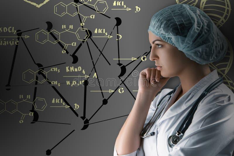 Kolaż na naukowych tematach Młoda kobiety lekarki pozycja przeciw szaremu tłu obraz stock