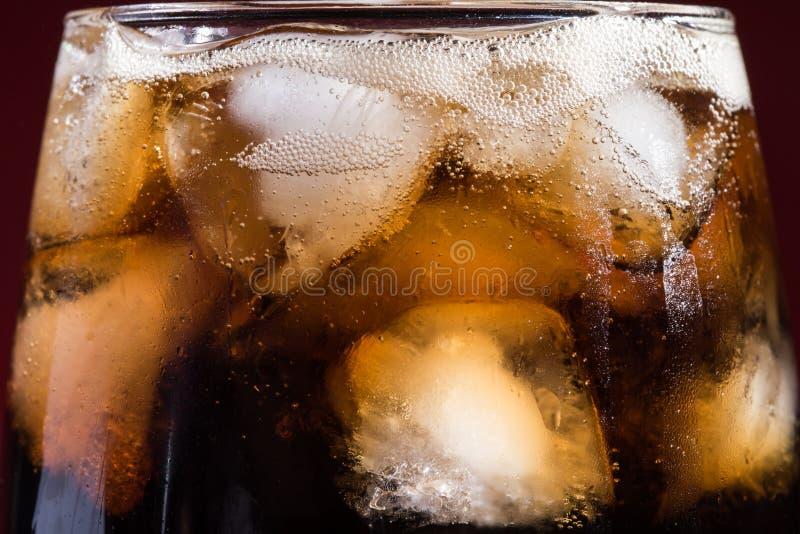 Kola avec des glaçons dans un verre en gros plan photo stock