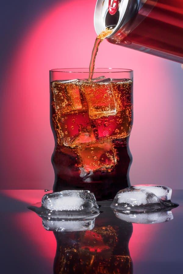 Kola dans le verre à boire avec les aliments de préparation rapide carbonatés de scintillement de boisson de boissons de bonbon à images libres de droits