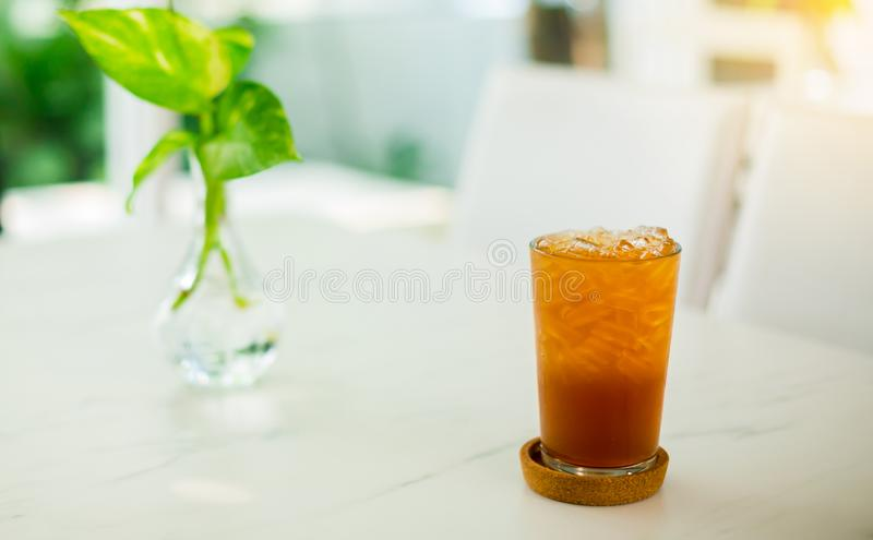 Kola de cocktail de thé avec le citron et la glace images libres de droits