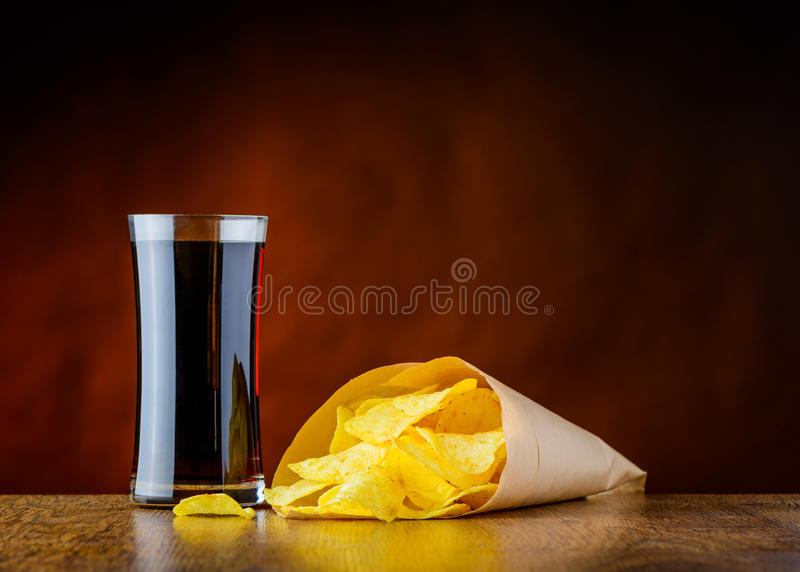 Kola et pommes chips de nourriture industrielle photo stock