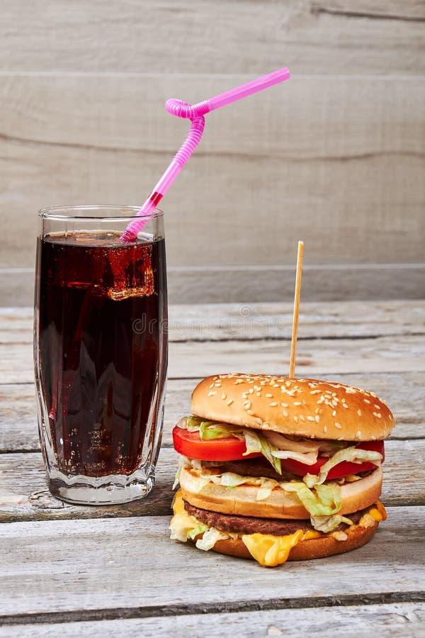 Kola met stro en hamburger stock afbeeldingen