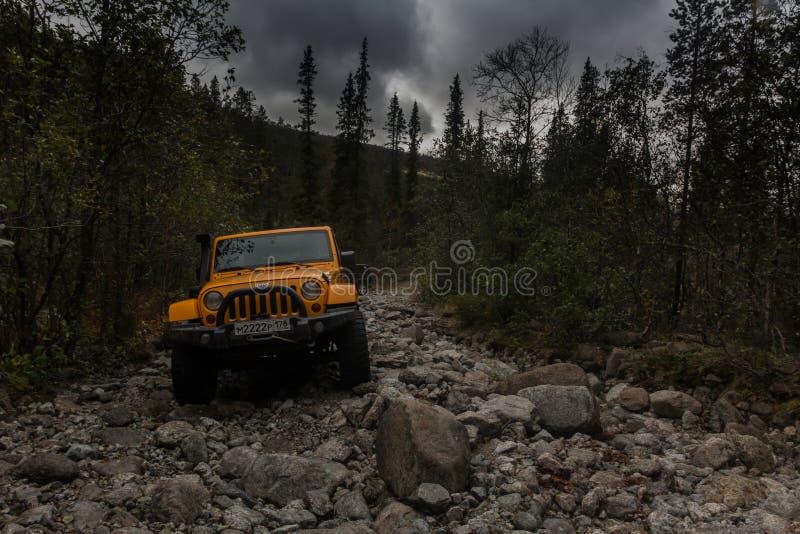 Kola Peninsula, het gebied van Moermansk, Rusland, 12 September, 2016, off-road expeditie in een jeep op Kola Peninsula, Jeep Wra stock foto's
