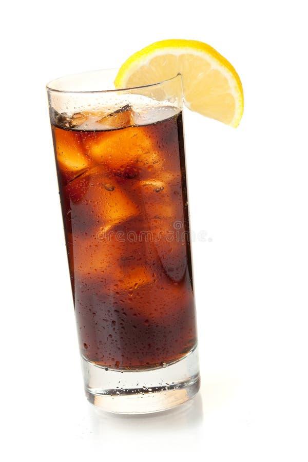 Kolabaum im highball Glas mit Zitronescheibe lizenzfreie stockfotos