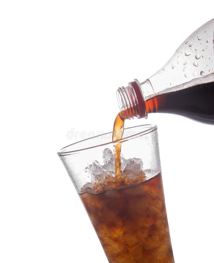 Kolabaum laufen in das Glas aus, das auf weißem Hintergrund lokalisiert wird. lizenzfreies stockbild