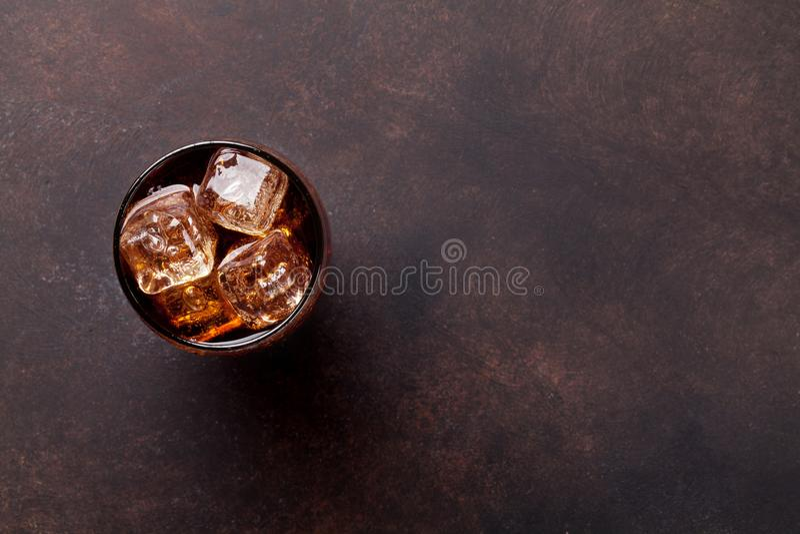 Kolabaumglas mit Eis lizenzfreie stockfotografie