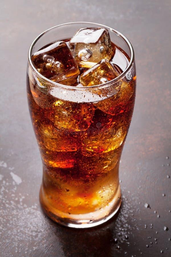 Kolabaumglas mit Eis lizenzfreie stockbilder