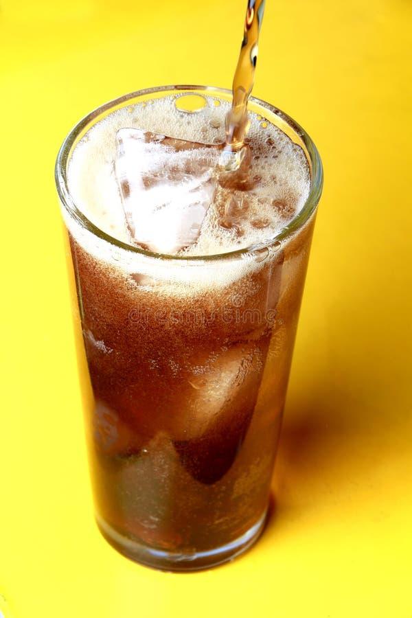 Kolabaumsoda lief in ein Glas mit Eiswürfeln aus stockfotografie
