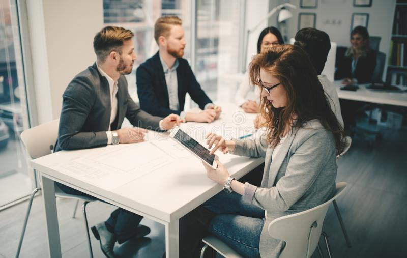 Kolaborować biznesowych kolegów dyskutuje plan na przyszłość obrazy stock