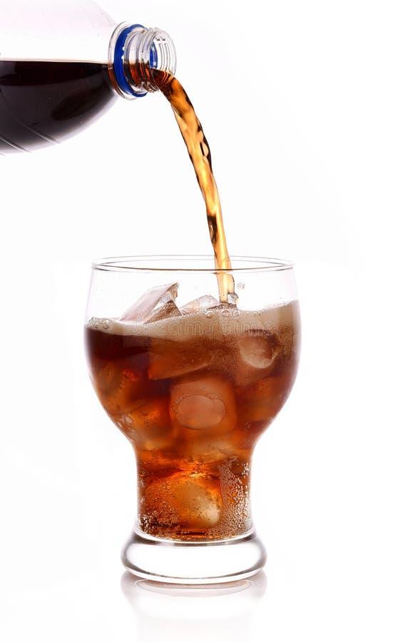 Kolafrisdranken in glas op witte achtergrond stock afbeeldingen