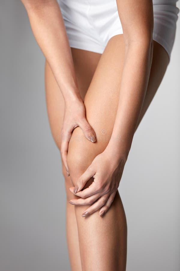 kolano ból Zbliżenie Żeńska noga Z Bolesnym uczuciem W kolanie zdjęcie stock
