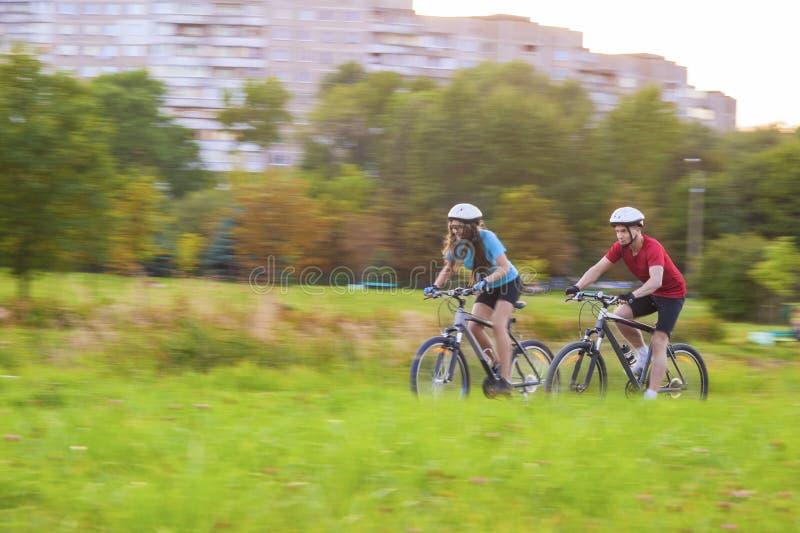 Kolarstwa pojęcie: Młoda Kaukaska para Ma Sppedy bicykl zdjęcie stock