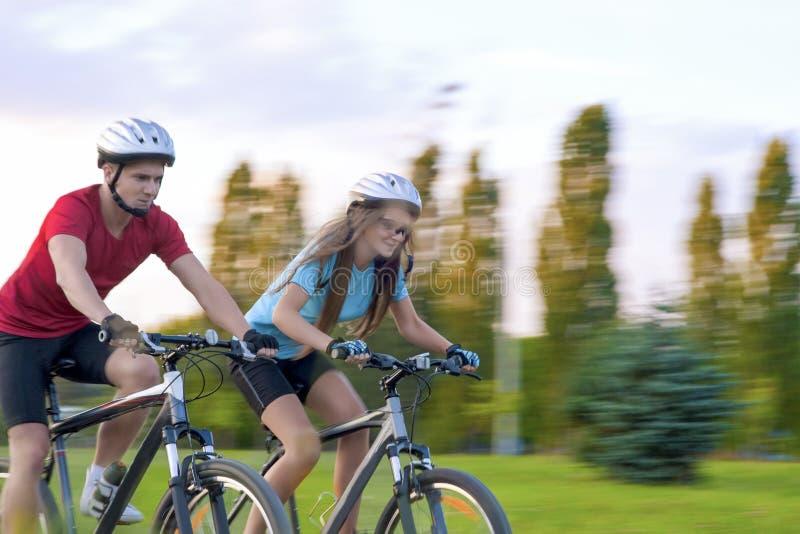 Kolarstwa pojęcie: Młoda Kaukaska para Ma Sppedy bicykl obrazy royalty free