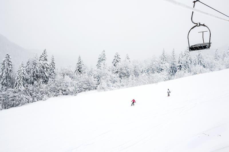 KOLASIN, ΜΑΥΡΟΒΟΥΝΙΟ - 1 ΦΕΒΡΟΥΑΡΊΟΥ: Κλίσεις σκι μεταξύ στοκ εικόνες