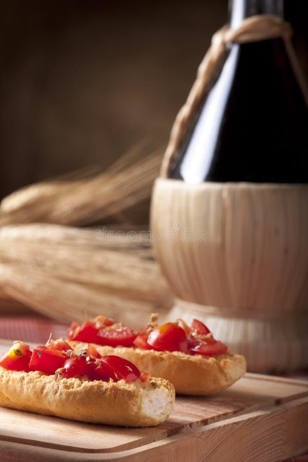 kolbiasty bruschetta wino zdjęcia royalty free