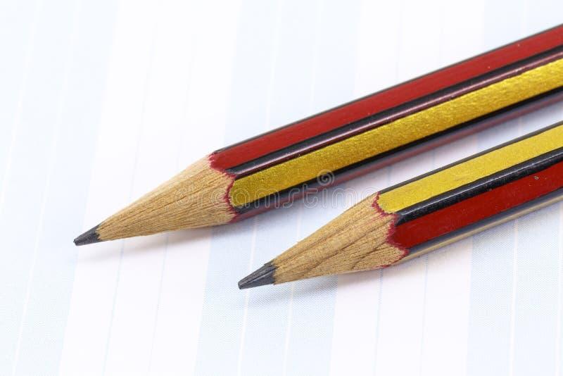 Kolblyertspennor på papper arkivfoto